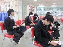 待合室で事前資料を読む生徒たち。