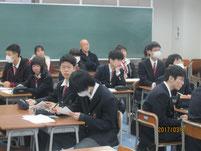 学習発表を聞いている生徒たち。保護者も一部参加。