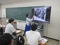 池田香代子さんの特別授業の様子。