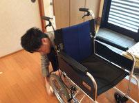 寄贈された車椅子を綺麗に磨いています。「気持ちよく使えるように頑張るぞ!!」