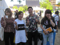 大日本プロレスの社長である登坂栄児さんを生徒たちが囲んで記念写真。