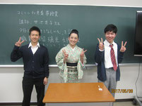 甘池英子さんを囲んで生徒たちが記念写真。