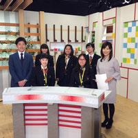 記念写真。左端が吉田太一アナウンサー。右端が松岡陽子アナウンサー。