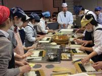 スーパー料理人 鳥居久雄先生の指導のもとでの調理実習。