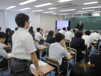 加藤さんに質問する生徒。