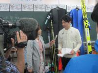 山元豪選手がメディアからインタビューを受ける。