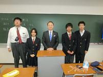 特別授業の後に、生徒たちと記念写真。