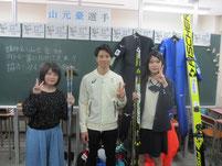 生徒と山元豪選手の記念写真。