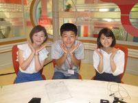 生徒と記念写真。左が菅久キャスター。