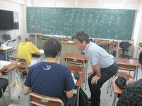 演習問題で、生徒たちの机上を見てまわる蓮池薫さん。