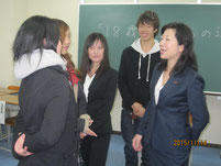 生徒たちと仲良く談笑する野田聖子さん。