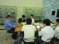史料室室長である天野隆司さんの話を聞く生徒たち。