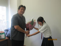 花束を贈呈しました。