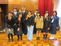 女優 西山諒さんを囲んで記念写真。