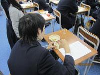 男子生徒のバター作り。