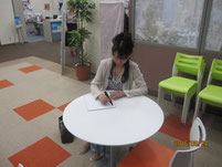 雨宮処凛さんが、第一学院の生徒たちに向けて色紙のメッセージ。
