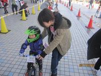 ゴールでレースに出た幼児たちを誘導。