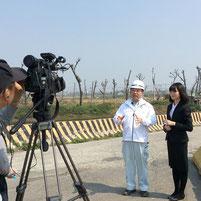 台湾の大愛テレビの取材を受ける楠本部長