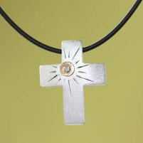 Kreuzkette, Kreuzanhänger mit Sonne , handgefertigt aus der Schmuckbrise in Flensburg von Andrea Hildebrandt