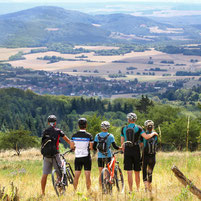 Mountainbiker blicken in die Ferne