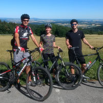 Drei Mountainbiker bei schöner Fernsicht