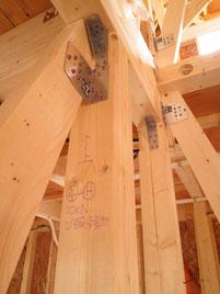 真新しい柱と柱の接合部分。地震などから建物を守るため・強度を高めるために接合金物が取り付けられています。