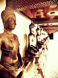 symbolisiert durch den Buddha der aus der Reihe tanzt