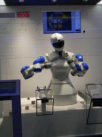 短時間でルービックキューブの面をそろえるロボット=8日午後、安川電機北九州工場