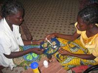 貧しい国の食事:隣の人と一緒に食べる