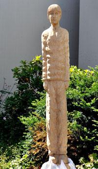 """Die Holzskulptur zu Anton Köhler als """"Wächter der Erinnerung"""" in Nürtingen kurz nach ihrer Enthüllung am 26. Juli 2015, Foto: Manuel Werner"""
