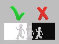 persoon die loopt vanuit een zwart  naar een wit vak