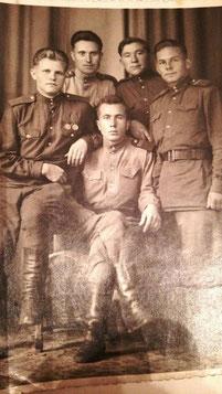 Дед Леонид на фронте (слева)