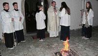 Pater Wieslaw bei der Segnung des Osterfeuers.