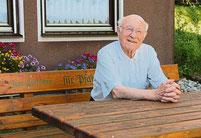 """""""Zum Ausrasten"""" steht auf dem Bankerl, das Pfarrer Raimund Arnold 2014 von seinen Astern zum Eintritt in den Ruhestand bekam."""
