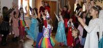 Beim Fliegerlied waren die Faschingskinder im Aster Pfarrsaal mit Begeisterung dabei.