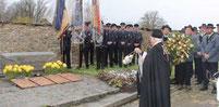 Am Kriegerdenkmal legte der Schützenverein Ast einen Kranz nieder.