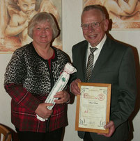 Das Foto zeigt den Geehrten und Christina Kretschmer.