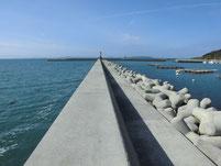津屋崎漁港 赤灯台の波止 中間付近