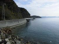 戸田津木海岸の波止 津木漁港との間の道路沿い