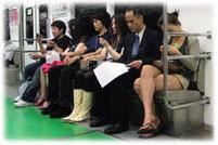 Pictures of Koreans sitting in a subway - Bild von Fahrgästen in der U-Bahn