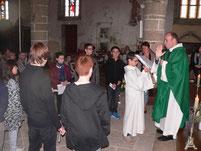 P. Daniel de Kerdanet a accueilli ce dimanche à l'église de Plounéour-Ménez 7 jeunes en demande de parcours de catéchuménat.