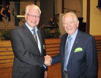 Dr. Ulrich Kleine und Werner Saure, der erste Schulleiter der Realschule Hüsten, beim Ehemaligentreffen in der Schützenhalle am 28.09.2018
