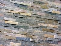 Natursteine als Wandverblender in Wohnzimmer und Küche