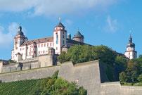 Hier sehen Sie die Festung Marienberg bei Sonnenschein in Würzburg