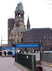 Kaiser-Wilhelm-Gedächtniskirche und U-Bahn Zoologischer Garten. Foto: Helga Karl