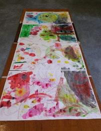 kleurijke tekening door verschillende kinderen gemaakt met krijt en aquarelverf. Formaat 4 x een vel van 0,70 bij 1 m. Op grote tekenborden vastgeplakt, liggend op de vloer.