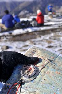 方位磁石を使った地図の見方のレクチャーを受けてます