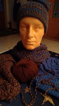 Unikate aus der Alpakawolle:                                                             gestrickte Hauben und dazu passende Schals!