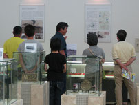 展示品と写真パネル
