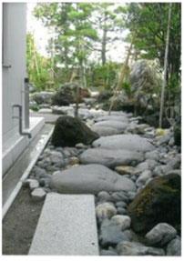 自然石(川石)を使った飛石の通路